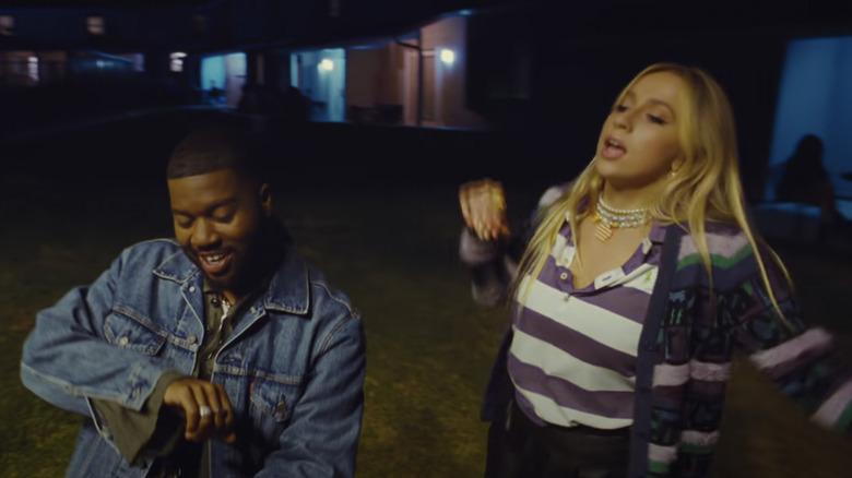 """Khalid og Tate McRae, som synger sammen, skjermdump av musikkvideoen til """"Working"""""""