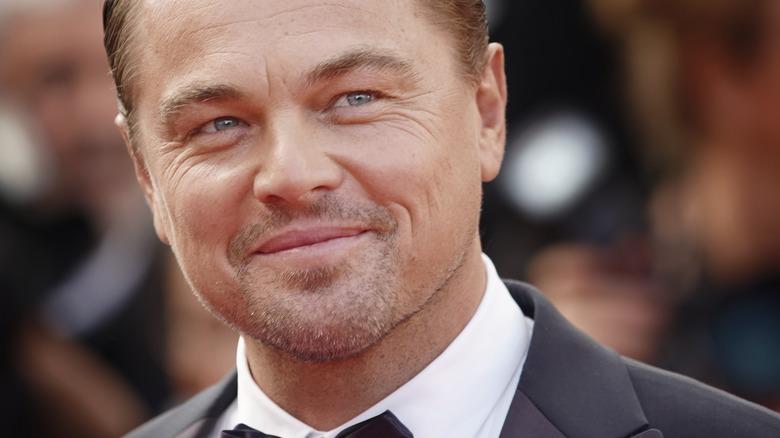 Leonardo DiCaprio smiler på den røde løperen