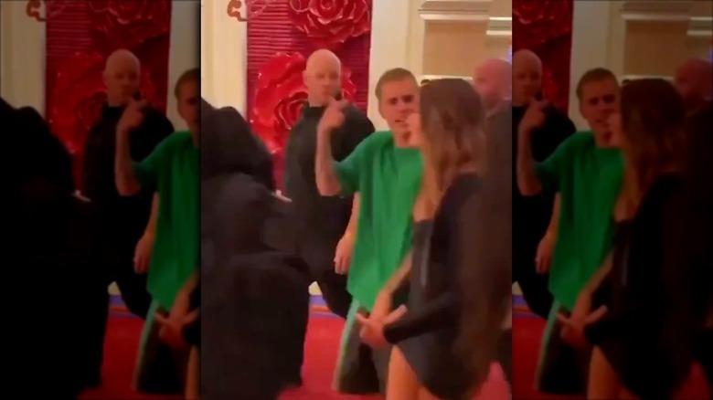 Justin Bieber og Hailey Baldwin poserer på rød løper