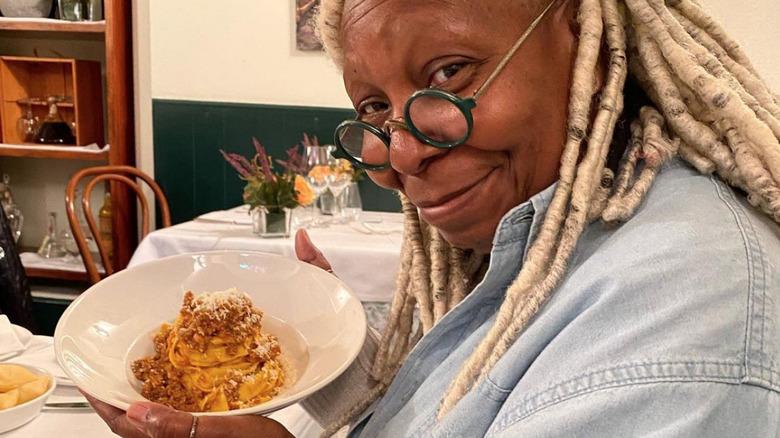Whoopi Goldberg spiser pasta