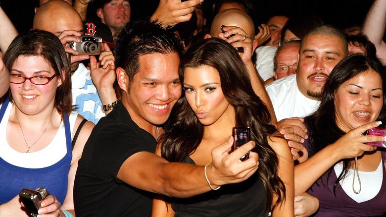 Kim Kardashian tar selfie med fan