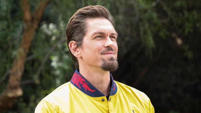Steve Howey i gul jakke
