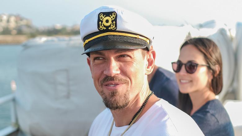 Steve Howey med kapteinhatt