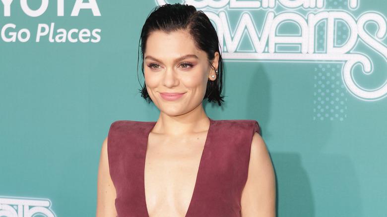 Jessie J smiler på den røde løperen