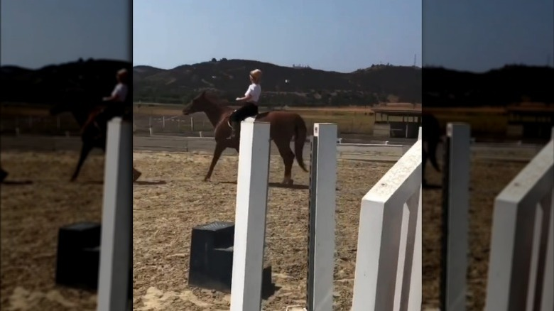 Britney Spears kjører på hest