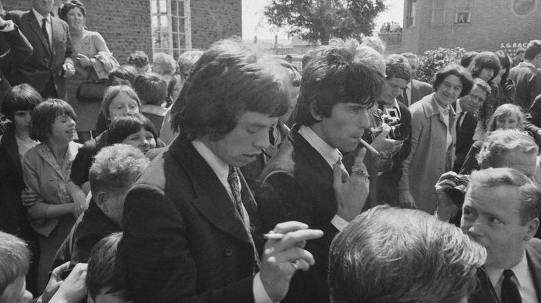 Mick Jagger og Keith Richards går ut av tinghuset