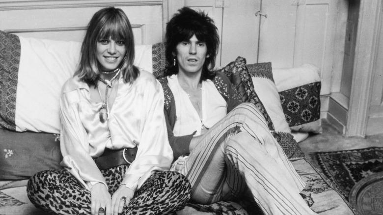 Keith Richards og Anita Pallenberg, sittende