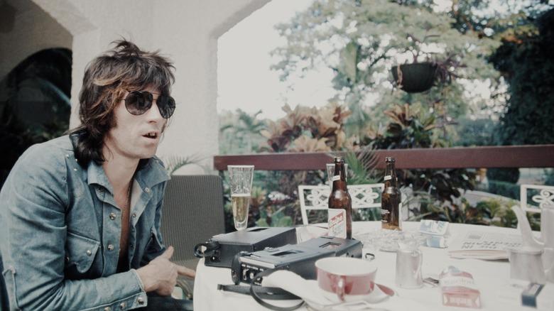 Keith Richards satt ved et bord