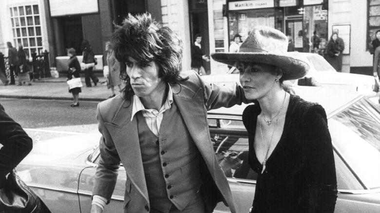 Keith Richards og Anita Pallenberg, gående