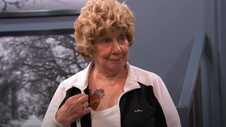 Barnepike Faye viser frem falsk tatovering