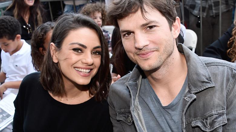 Mila Kunis smiler sammen med Ashton Kutcher