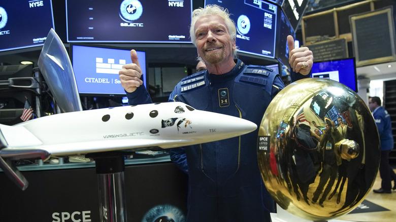 Richard Branson gir tommelen opp foran flymodellen