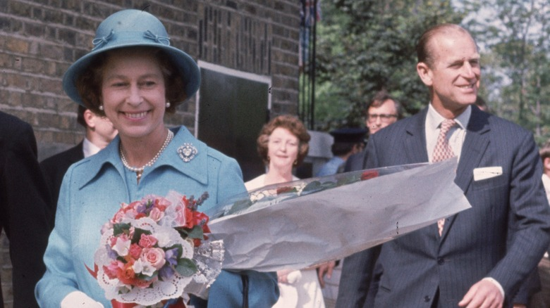 Dronning Elizabeth smiler sammen med prins Philip