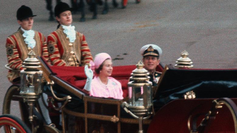 Dronning Elizabeth og prins Philip i en vogn