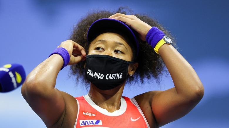 Naomi Osaka iført BLM-maske på tennisbanen