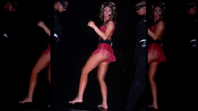Carmen Electra opptrer på scenen