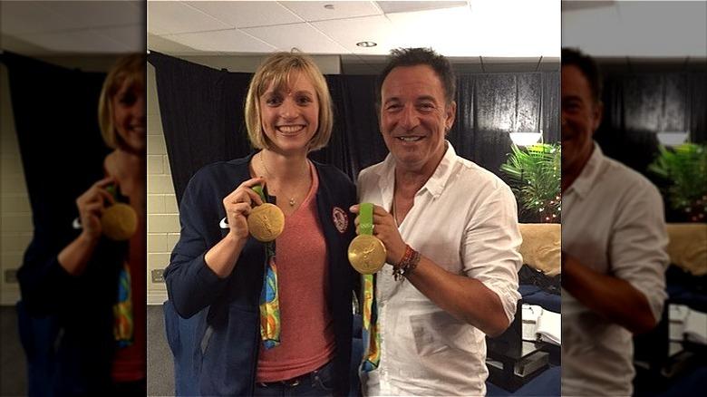 Katie Ledecky poserer med Bruce Springsteen