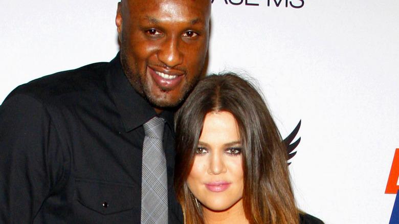 Khloé Kardashian og Lamar Odom smiler på rød løper