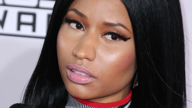Nicki Minaj med skeptisk uttrykk