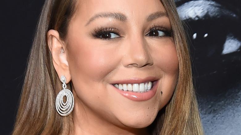 Mariah Carey smiler og ser til siden