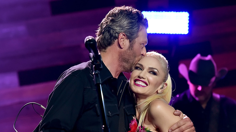 Blake Shelton kysset Gwen Stefani under forestillingen i 2015