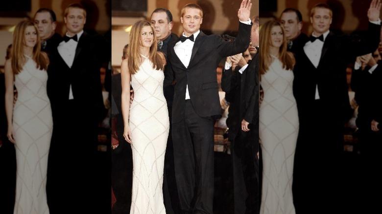 Jennifer Aniston og Brad Pitt smiler og vinker på den røde løperen