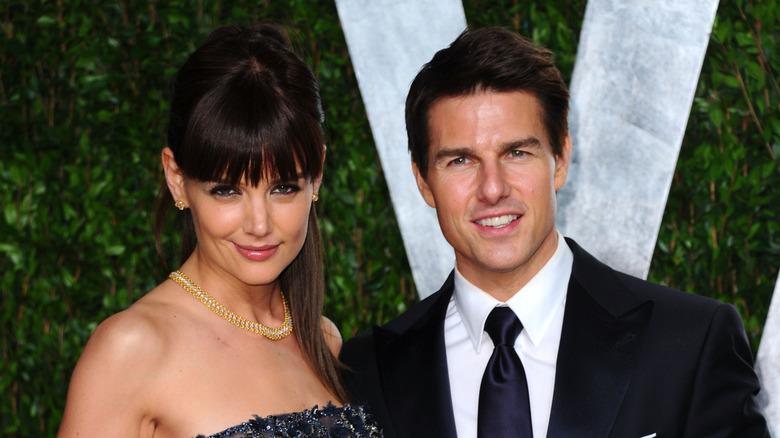 Katie Holmes og Tom Cruise smiler på den røde løperen sammen