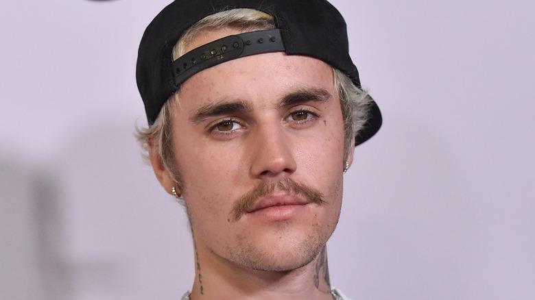 Justin Bieber med bart og hatt