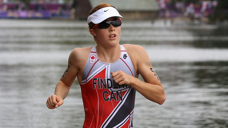 Paula Findlay løper i badedrakt