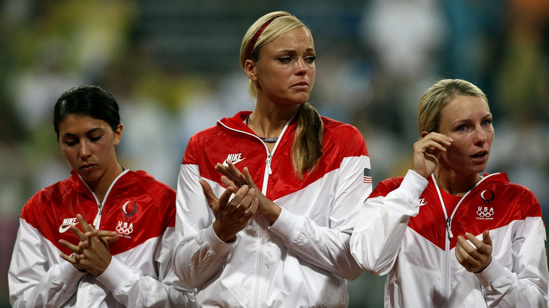 Andrea Duran, Jennie Finch og Caitlin Lowe i tårer