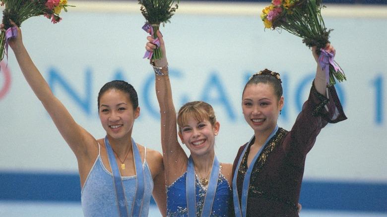 Michelle Kwan med andre medaljer, vinker