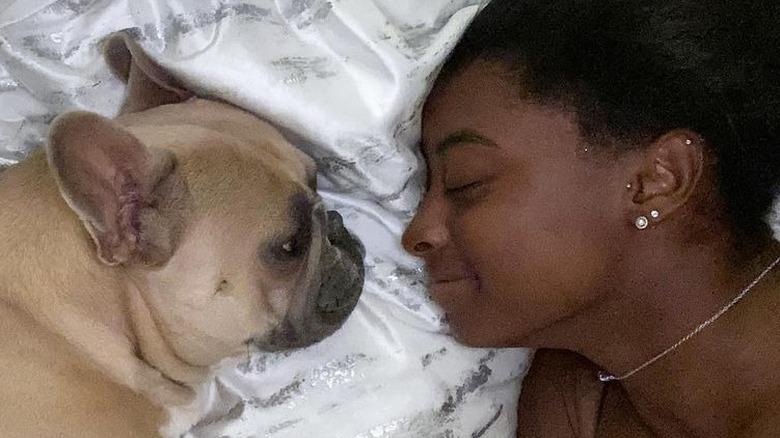 Simone Biles og hennes franske bulldog