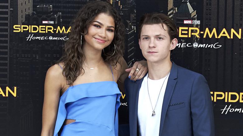Zendaya og Tom Holland poserer sammen