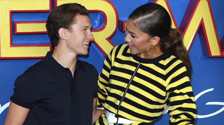 Tom Holland og Zendaya smiler til hverandre