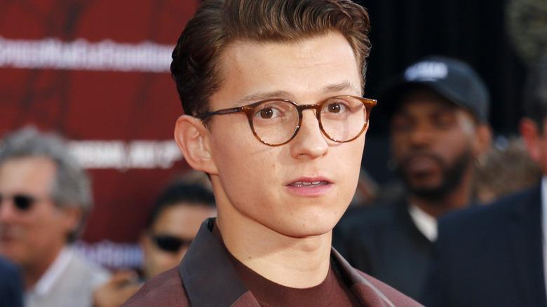 Tom Holland med briller, poserer