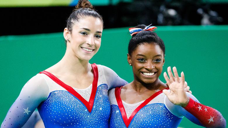 Aly Raisman og Simone Biles smiler