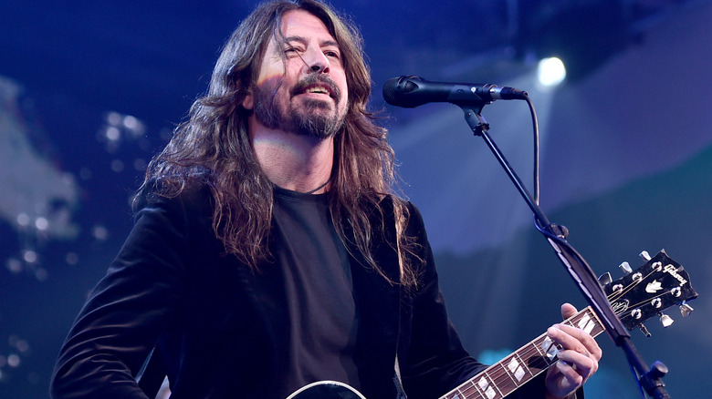 Dave Grohl synger