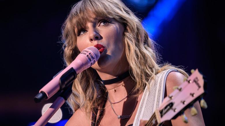 Taylor Swift synger inn i en mikrofon