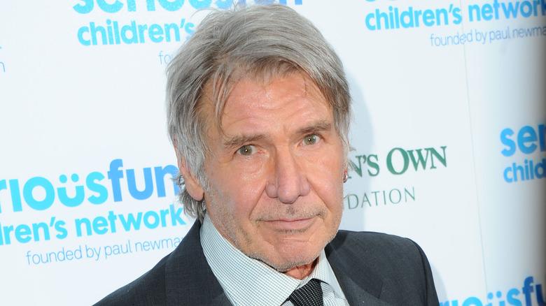 Harrison Ford ser på kameraet