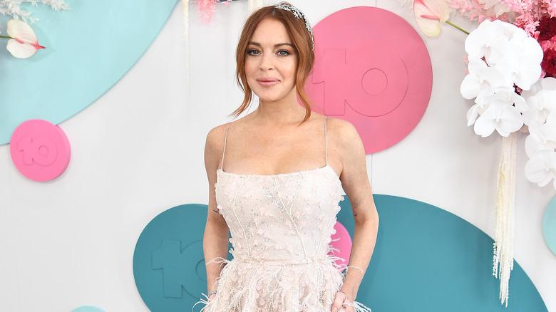 Lindsay Lohan ser på kameraet