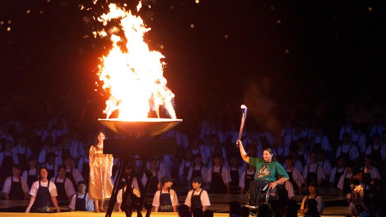 Louise Sauvage tente kjelen på Paralympics 2000