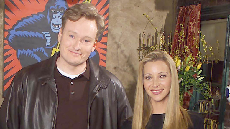 Conan O'Brien smiler ved siden av Lisa Kudrow