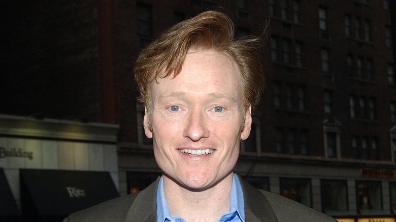 Conan O'Brien smiler utenfor