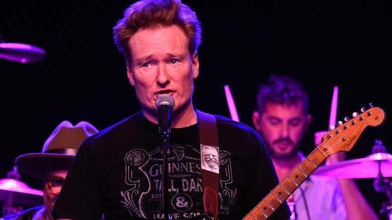 Conan O'Brien med gitar på scenen