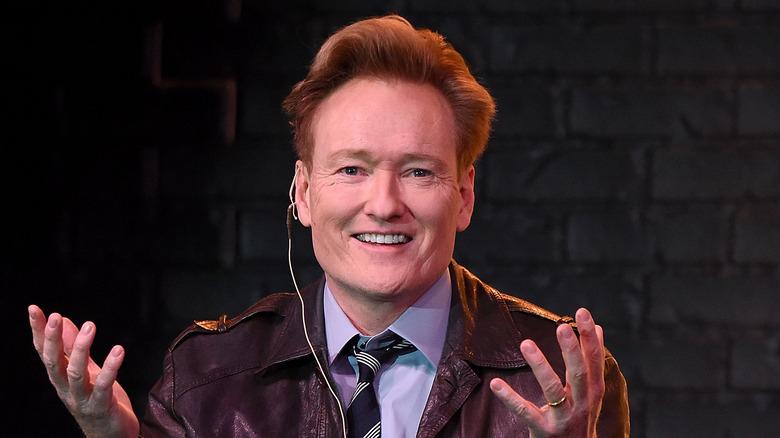 Conan O'Brien i skinnjakke