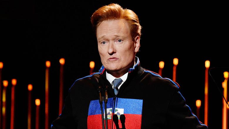Conan O'Brien snakker på en galla