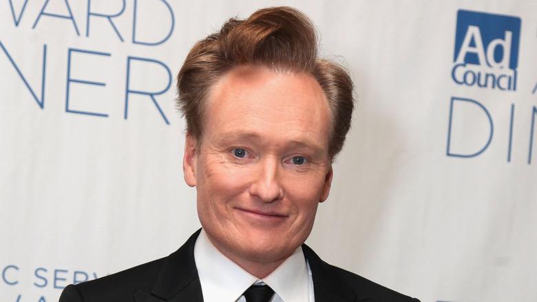 Conan O'Brien i en hvit skjorte, smilende