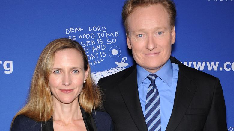 Conan O'Brien med armen rundt kona Liza