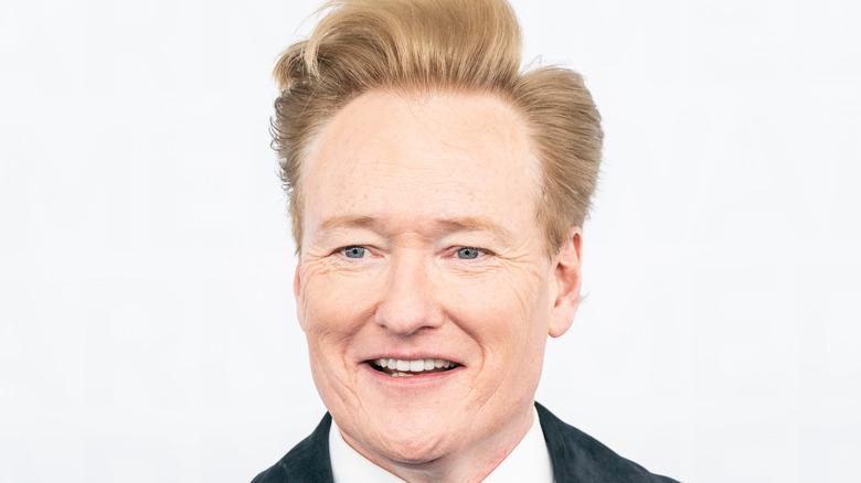 Conan O'Brien i semsket jakke