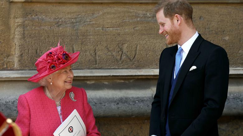 Dronning Elizabeth og prins Harry prater